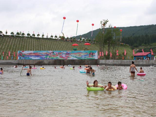 16日,双鸭山市的后花园-----岭东区水上乐园剪彩暨第四届消夏艺术节